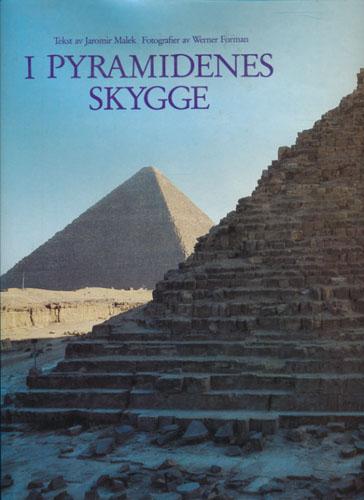 I pyramidenes skygge. Fotografier av Werner Forman. Oversatt av Jens Holmboe.